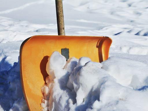 Schneeschippe beim Schnee räumen
