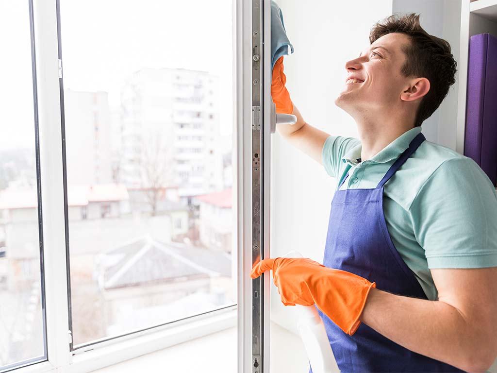 Mitarbeiter in Mannheim beim Fenster reinigen
